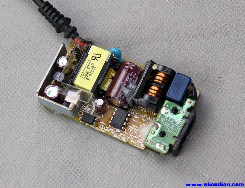 近日购得两剪线电子垃圾 索尼PSP 5V 2A电源,到手后,测量了下,输出电压都是5.4V ,觉得有点偏高,由于是剪线的,要拆开加线再加USB母头。拆开后,发现这个电源做工精良,不用可惜了,但是还是觉得电压高点,于是想能不能把电压改低点。经过观察,发现低压端有个IC201(型号不明),估计就是这个IC控制电压来(类似431),在旁边的电阻R210上并联了个2.