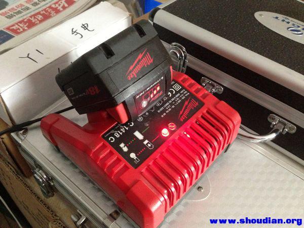大家看看这个米沃奇锂充电器是真的吗?