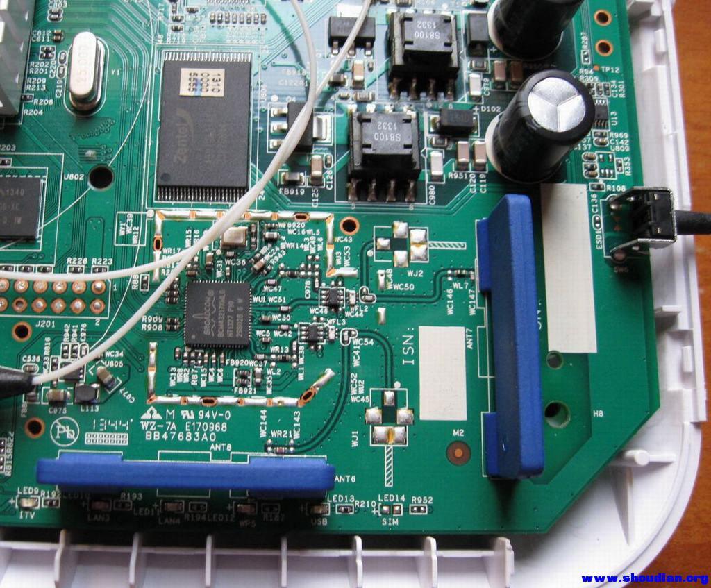和天线直接相关的功放部分,看到2个空焊的外置天线焊盘了吧WJ1 WJ2 ,分别对应主副2路外置天线,现在是断路状态,必须转动前部耦合电容90度让空焊盘位置线芯接通功放芯片电路,同时断开内置的蓝色天线 因为我这次保留主内置天线功能不变,仅修改WJ2部分的副天线为外置,这里可以取下WC50电容,转动90度转移到WC48位置,让内置副天线的芯线断开与功放电路部分的连接从而使其失效,电容相当细小,堆锡法可以很容易地无损拆下,手法快一点也不会弄坏焊盘,以下是电容拆卸前后的焊盘对比和拆下的电容, 相当小 比T12烙铁