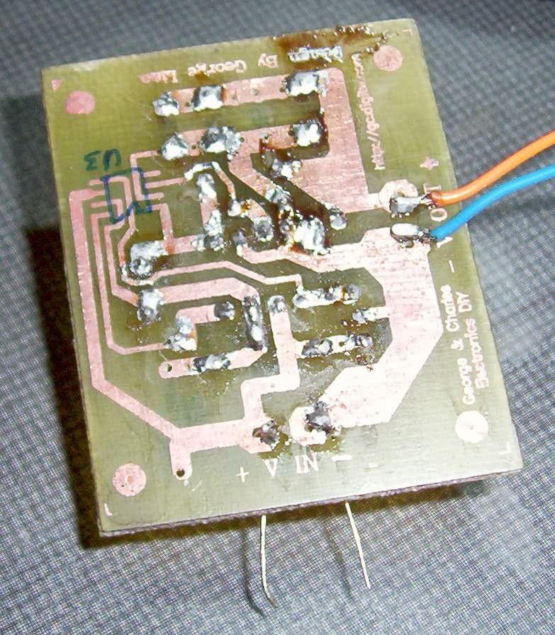 是别人设计好的电路板,台湾的朋友,我不认识,从网上找到的..... A4标准打印纸+600dbi激光打印机+老妈的电熨斗转印..... 装好后发现和最先三维立体搭焊的电路特性有一些不太一样,同样的元件把那个拆掉焊过来的。不同的地方在于输出是两个10V 1000微法并联+一个2KV 221的瓷片电容。原先是单个25V 220微法。 当时搭建后发现输出电压5.