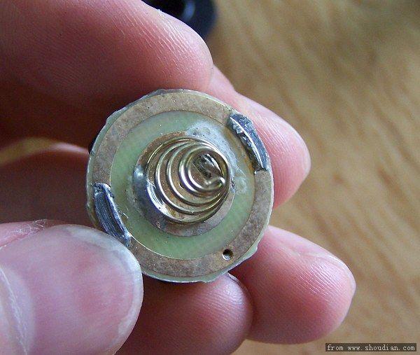 偶尔跳档,就是因为电路板弹簧外圈上的两个锡焊点(下图)与紧迫的铝